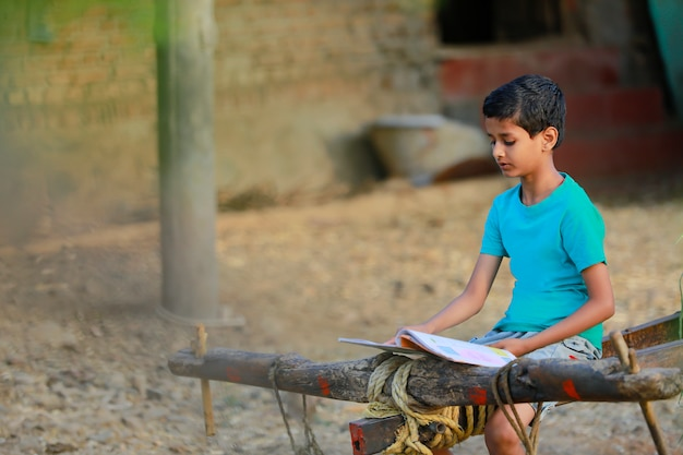 Słodkie dziecko indyjskie studiuje w domu