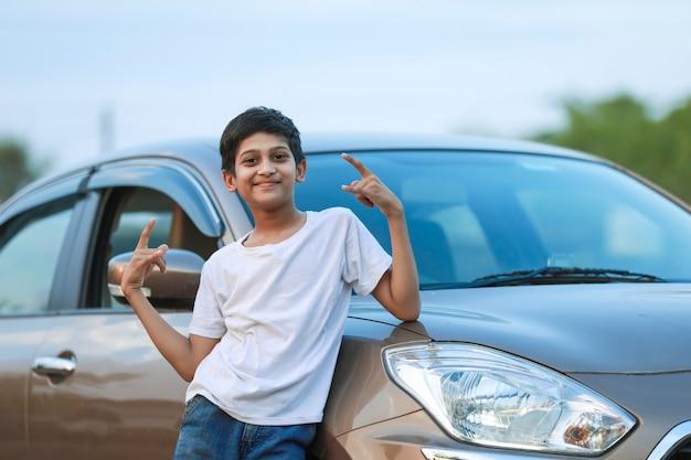 Słodkie dziecko indyjskie z samochodem