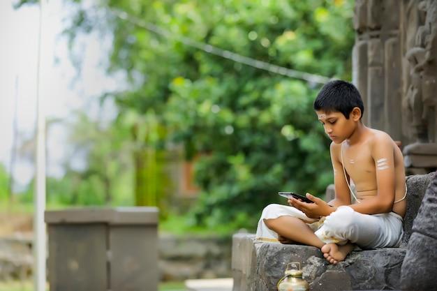 Słodkie dziecko indyjskie z tabletem