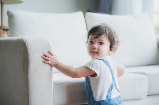 Słodkie dziecko mieszka w domu