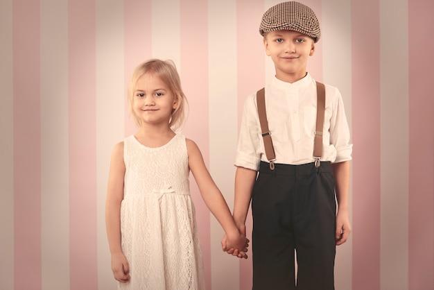 Słodkie dziecko para trzymając się za ręce