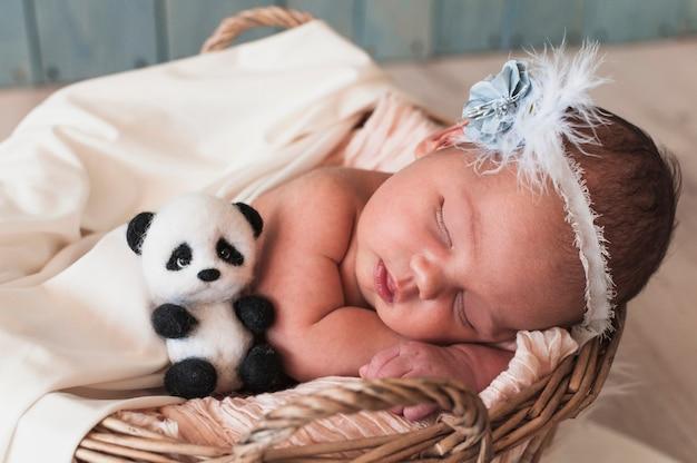 Słodkie dziecko śpi z zabawkami