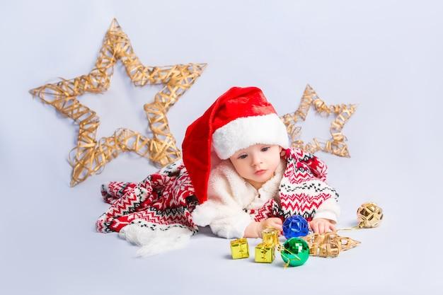 Słodkie dziecko w czerwonym santa hat