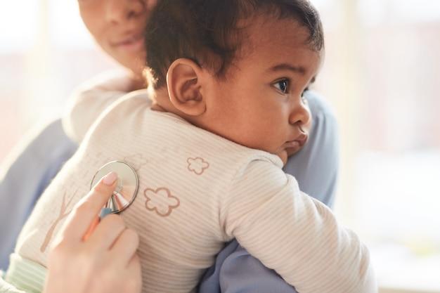 Słodkie dziecko w gabinecie lekarskim