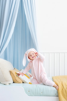 Słodkie dziecko w stroju zajączka wielkanocnego