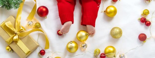 Słodkie dziecko z dekoracją świąteczną