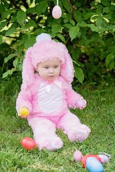 Słodkie dziecko z kostium króliczka i pisanki