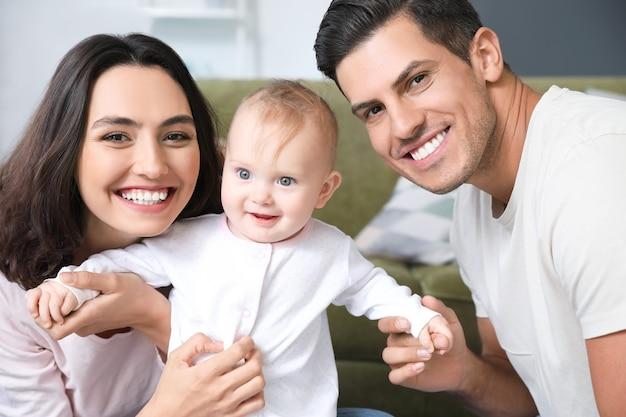 Słodkie dziecko z rodzicami w domu