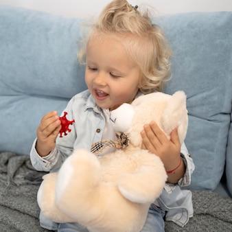 Słodkie dziecko z zabawką w domu podczas kwarantanny