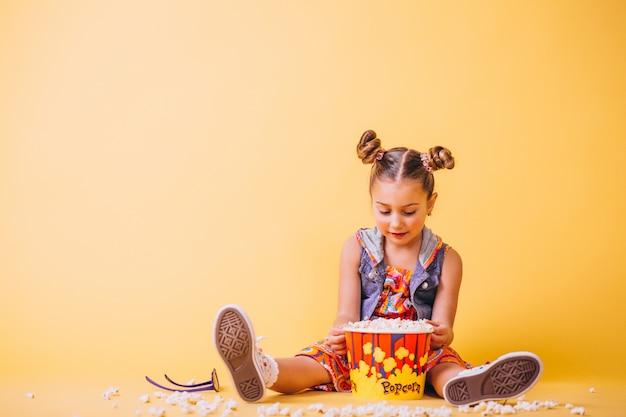 Słodkie dziewczyny jedzenie popcornu