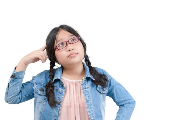 Słodkie dziewczyny w okularach myślenia patrząc w stronę na białym tle. koncepcja edukacji