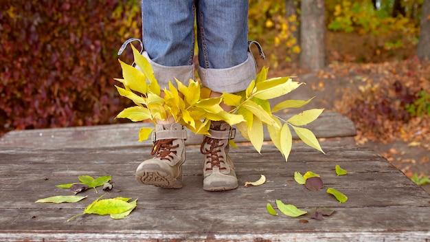 Słodkie dziewczyny w stylu hipster buty z jasnymi liśćmi wewnątrz