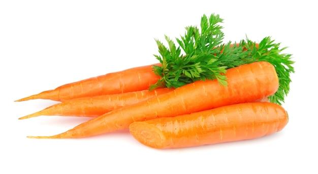 Słodkie i freash marchewki z liśćmi na białym tle