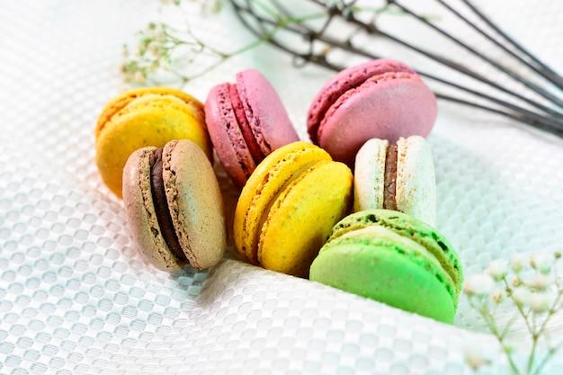 Słodkie i kolorowe francuskie ciasta macaroonscakes.