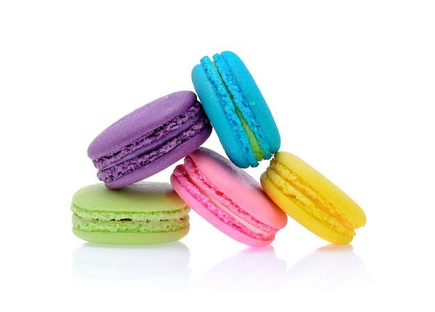 Słodkie i kolorowe francuskie makaroniki lub macaron na białym tle, deser.