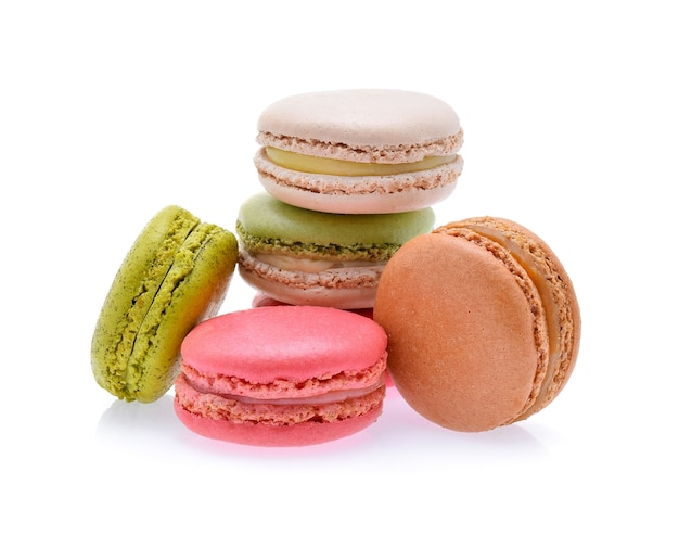 Słodkie i kolorowe francuskie makaroniki lub makaronik na białym tle, deser.