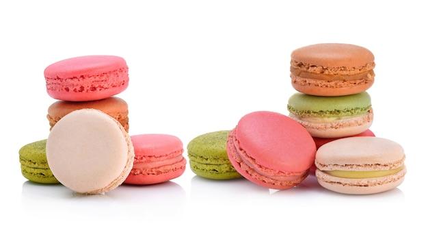 Słodkie i kolorowe makaroniki francuskie lub makaronik, deser.