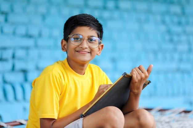 Słodkie indyjskie dziecko uczy się w domu