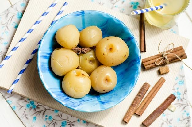 Słodkie jabłka w puszkach na zimę w talerzu