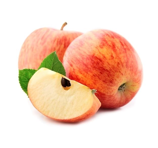 Słodkie jabłka zbliżenie na białym tle.