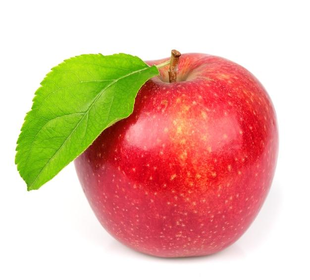 Słodkie jabłko z listkami na białym tle