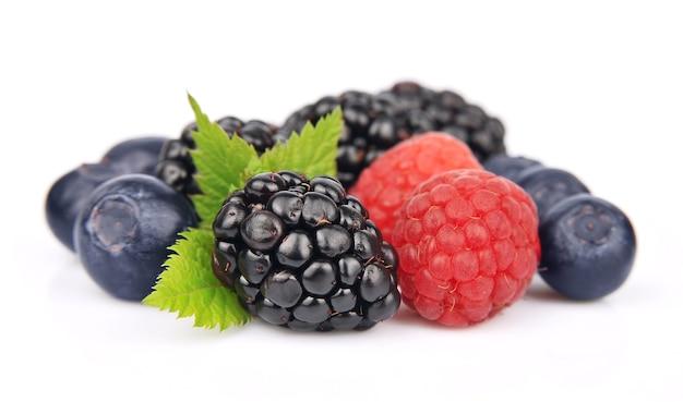 Słodkie jagody na białym tle