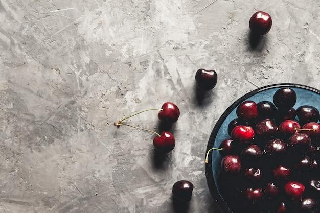 Słodkie jagody organiczne na jasnym tle betonu. widok z góry z miejsca na kopię.