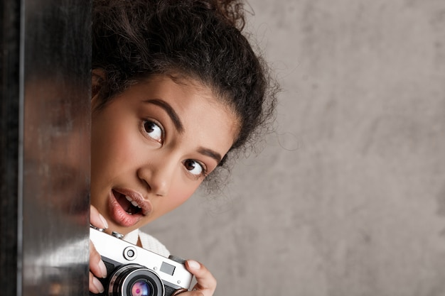 Słodkie kobiety paparazzi robienia zdjęć potajemnie z kąta