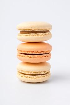 Słodkie kolorowe ciasteczka macarons na jasnym tle