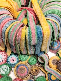 Słodkie kolorowe cukierki do żucia w supermarkecie lub sklepie ze słodyczami
