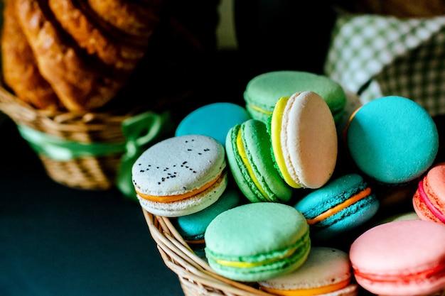 Słodkie kolorowe francuskie makaroniki i rogaliki