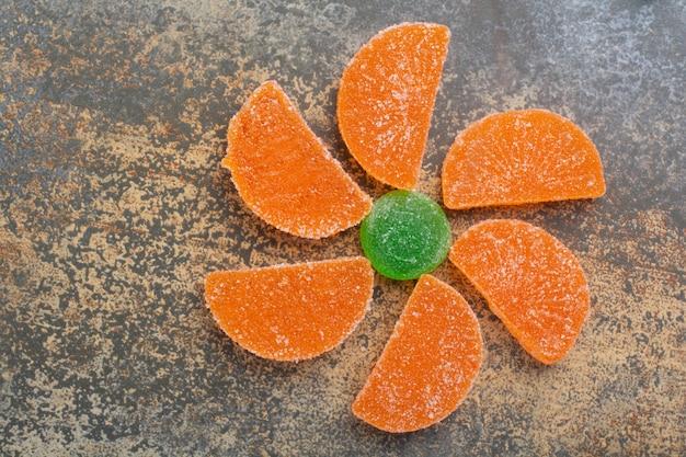 Słodkie kolorowe galaretki cukierki na tle marmuru