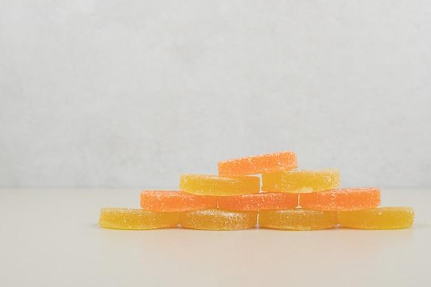 Słodkie, kolorowe galaretki na beżowej powierzchni