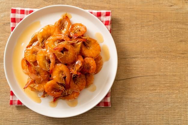 Słodkie krewetki to tajskie danie, które gotuje się z sosem rybnym i cukrem - azjatyckie jedzenie