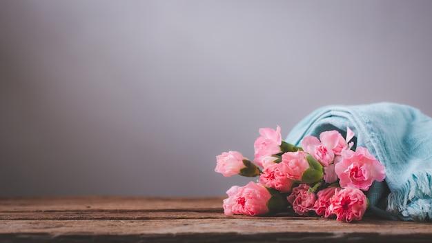 Słodkie kwiaty goździka na drewnianym stole