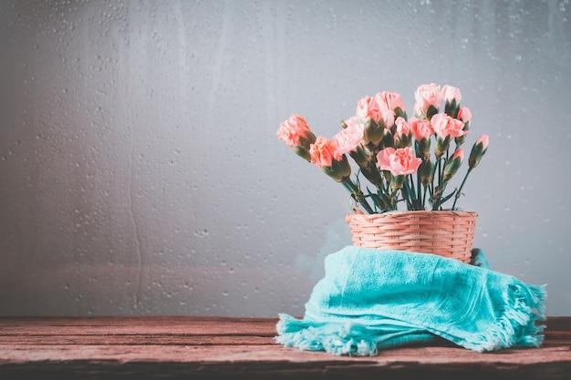 Słodkie kwiaty goździka w koszu