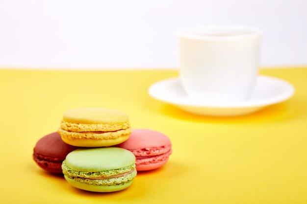 Słodkie macarons z filiżanką kawy