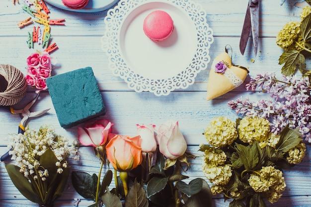 Słodkie makaroniki i kwiaty - przygotowanie prezentu