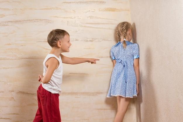 Słodkie małe białe dzieci bawiące się w domu, podczas gdy rodzice nie są w pobliżu.