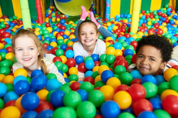 Słodkie małe dzieci bawiące się w ballpit