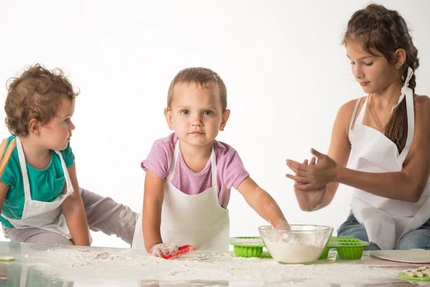 Słodkie małe dzieci w garniturze kucharza