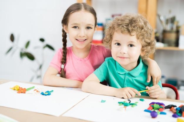 Słodkie małe dzieci w klasie rzemieślniczej