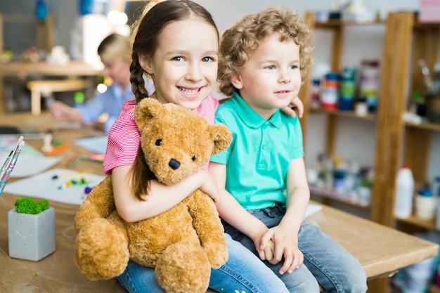 Słodkie małe dzieci z misiem
