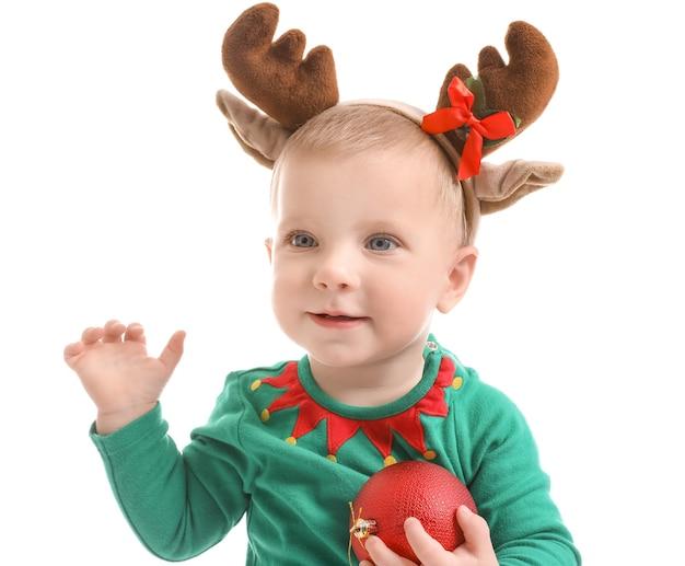 Słodkie małe dziecko w stroju świątecznym na białej powierzchni
