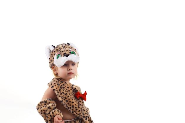 Słodkie małe dziecko w stroju tygrysa, kopia przestrzeń