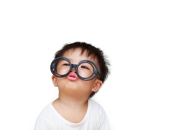 Słodkie małe dziecko z uśmiechem szkła
