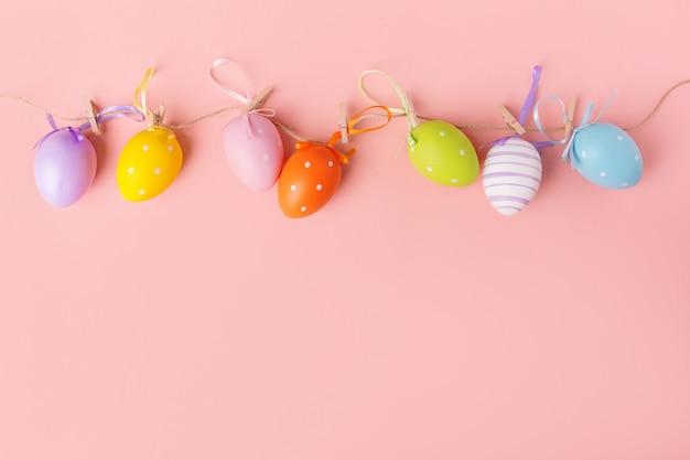 Słodkie małe kolorowe jajka na różowo