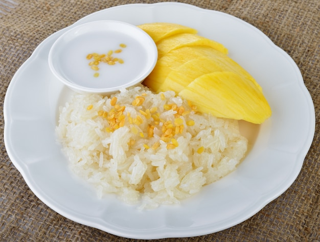 Słodkie mango z lepkim ryżem wymieszać z mlekiem kokosowym
