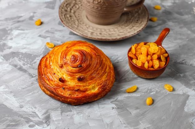 Słodkie okrągłe bułeczki francuskie z rodzynkami.