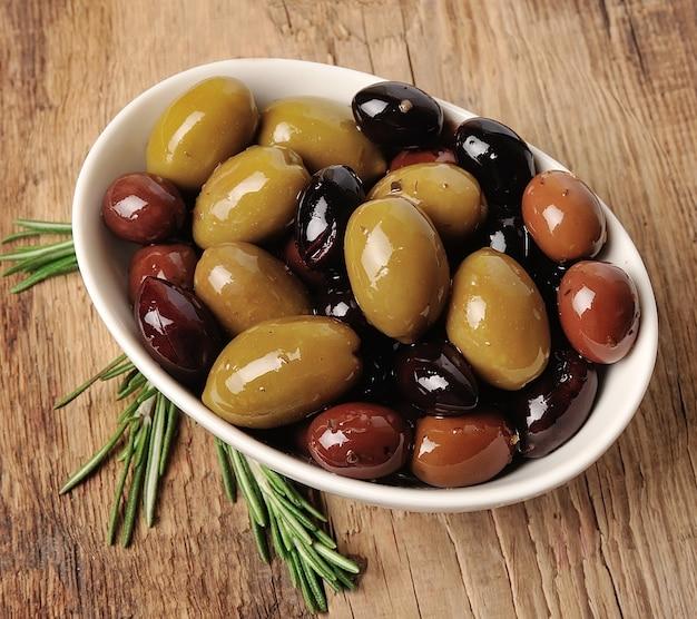 Słodkie oliwki z bliska na drewnianej teksturze